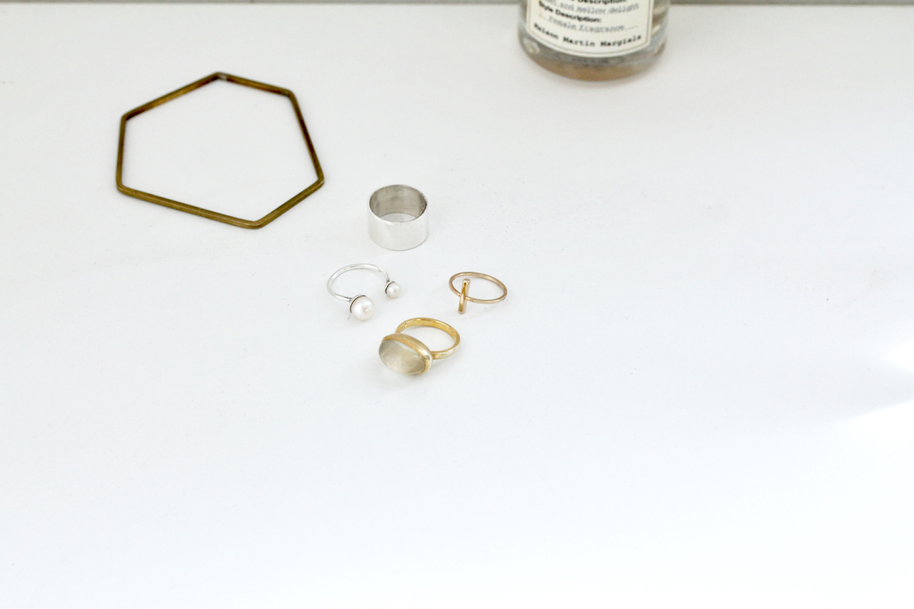 この中で1つだけプチプラがあります。 どれでしょう? 正解はゴールドの細い十字のリング。 H\u0026Mで、5個セットで1000円程度だったかしら。  アクセサリー